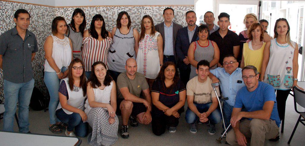 Personal de la Escuela n° 506 junto a autoridades provinciales y municipales