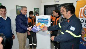Entrega de una heladera al Cuerpo de Bomberos de El Hoyo